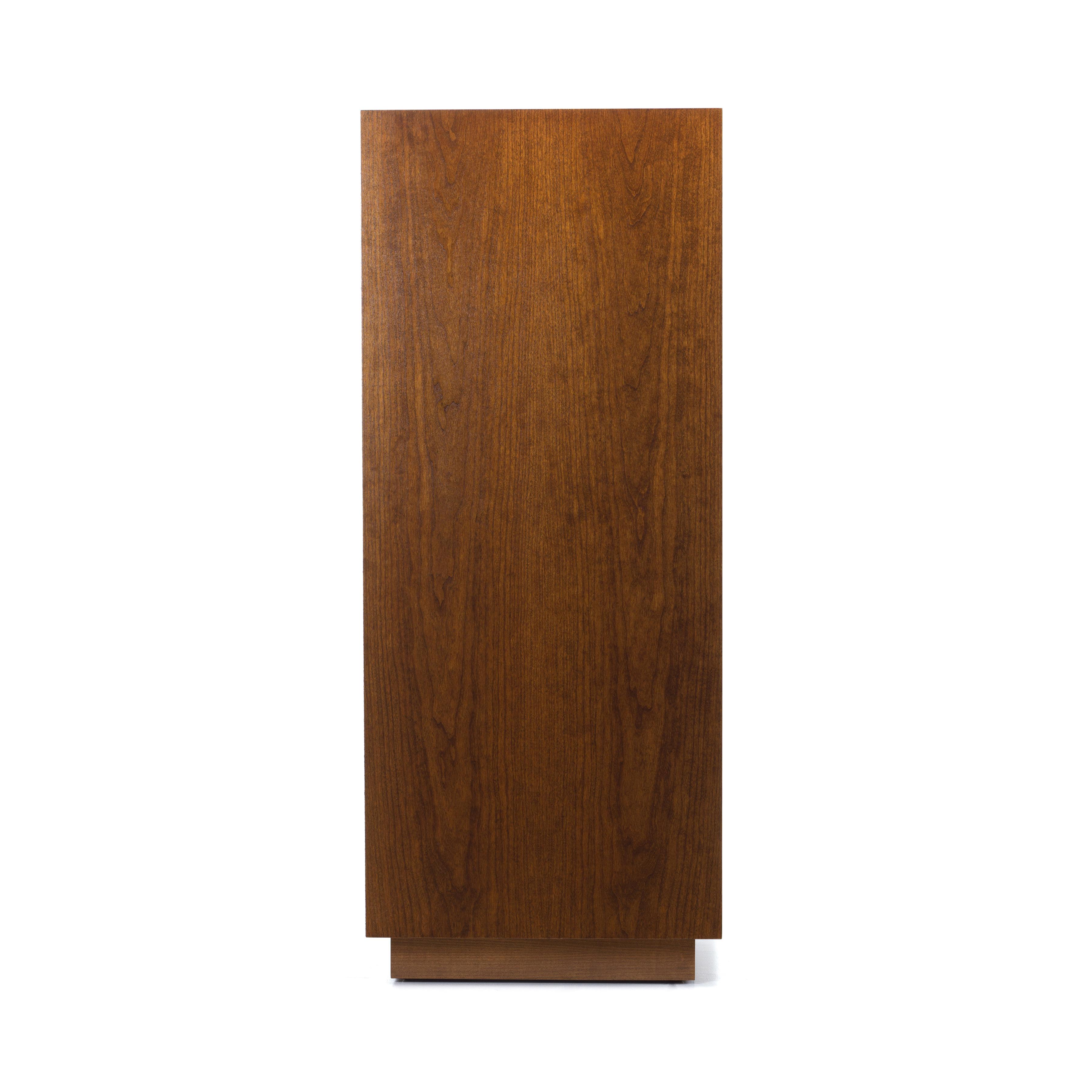 提供优质的黑槐木,樱桃木或胡桃木胶合板饰面 designed & assembled